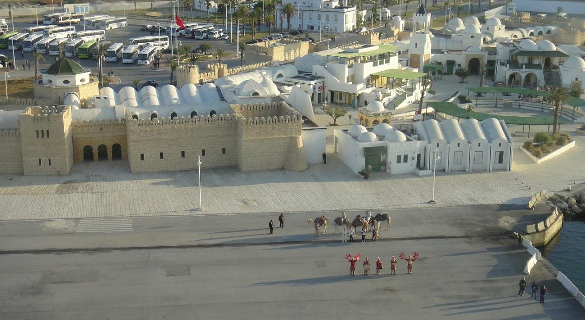 Tunis 港口和列隊歡迎的人們