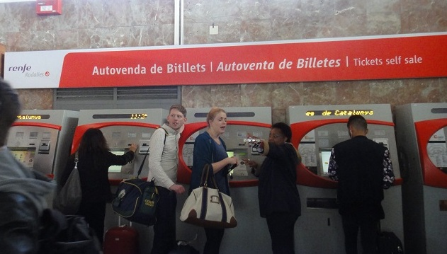 到自动卖票机买火车票吧