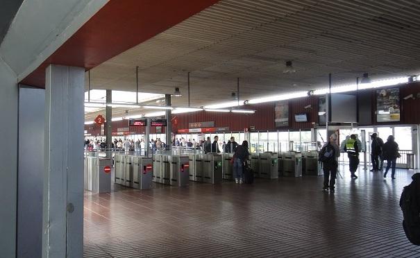 巴塞隆纳机场的火车站到了