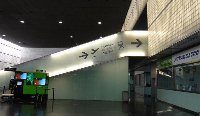 Terminal 2B 往火車站的手扶梯 (快走到了!)