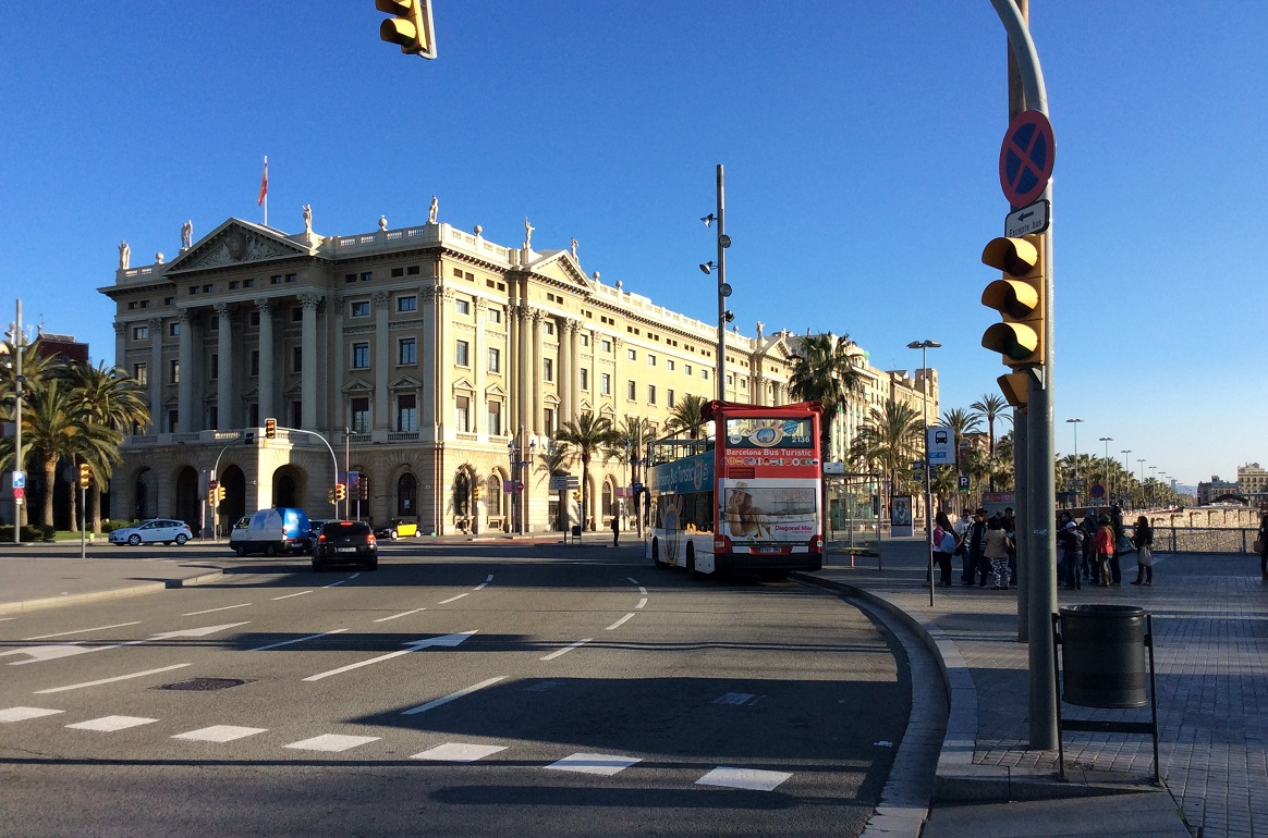 搭观光巴士是一种花钱、少走路的选项 (在 T3巴士下车处附近就有停靠站)