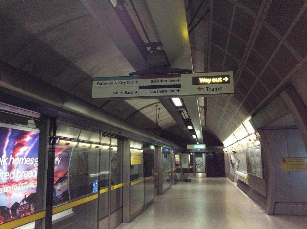 地鐵裡面轉乘的標誌都還滿清楚的