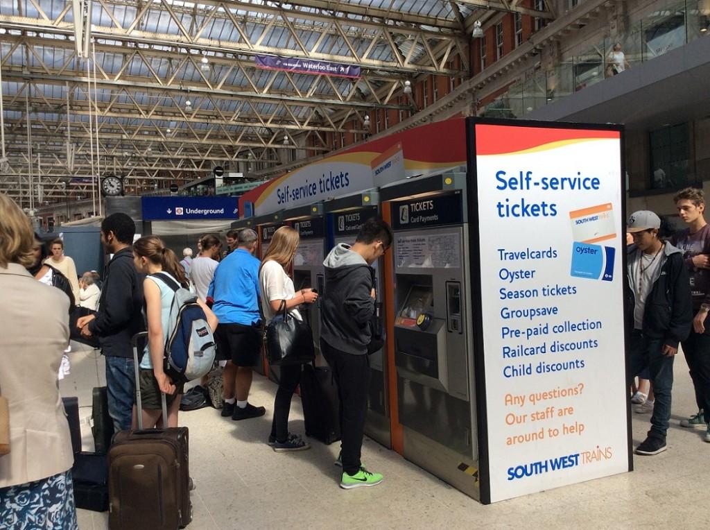 自動售票機 (也可以領取網路預訂的車票)