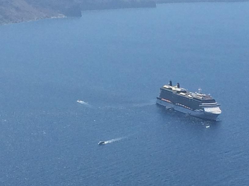 由小船接送遊客到碼頭
