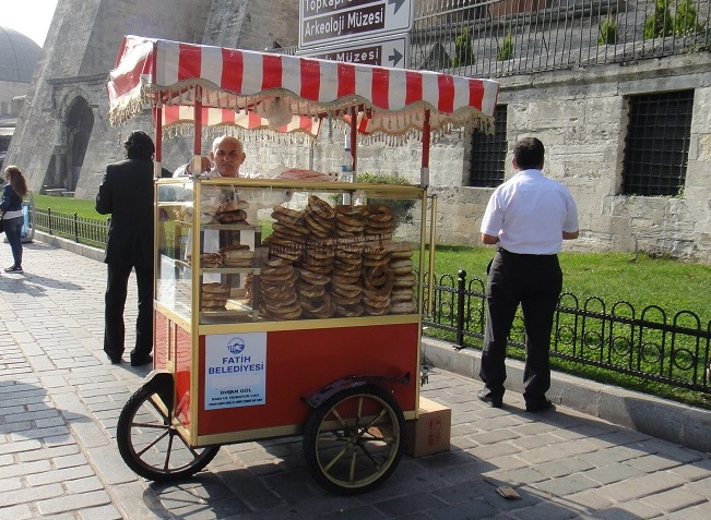 觀光區域到處可以看到賣麵包的小販