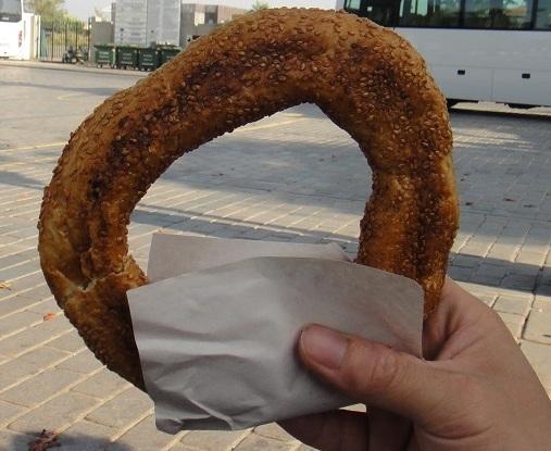 """不要被它可愛的圓圈圈造型給騙了...... 它吃起來就是普通的 """"硬麵包"""""""