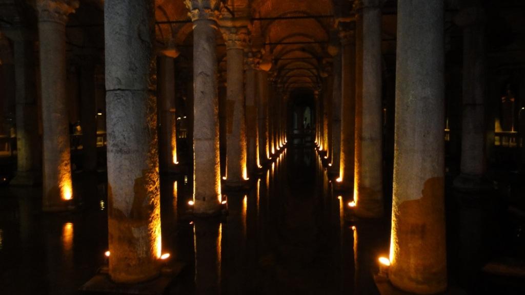 建於羅馬時代的地下蓄水道相當壯觀,因為地有點滑,也有點黑,走路要小心