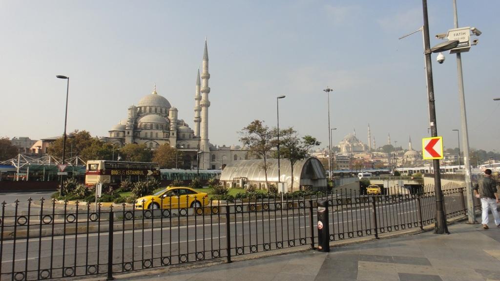 過了橋,馬上映入眼簾的就是新清真寺 New Mosque (又叫Yeni Mosque),後面遠方的是 Suleymaniye Mosque