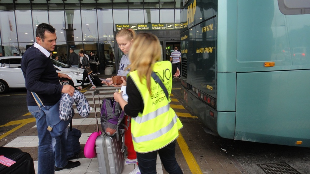 ATVO 在機場航廈外的售票人員
