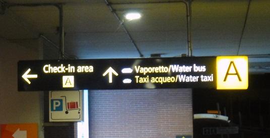 在馬可波羅機場要轉搭渡船的碼頭標示
