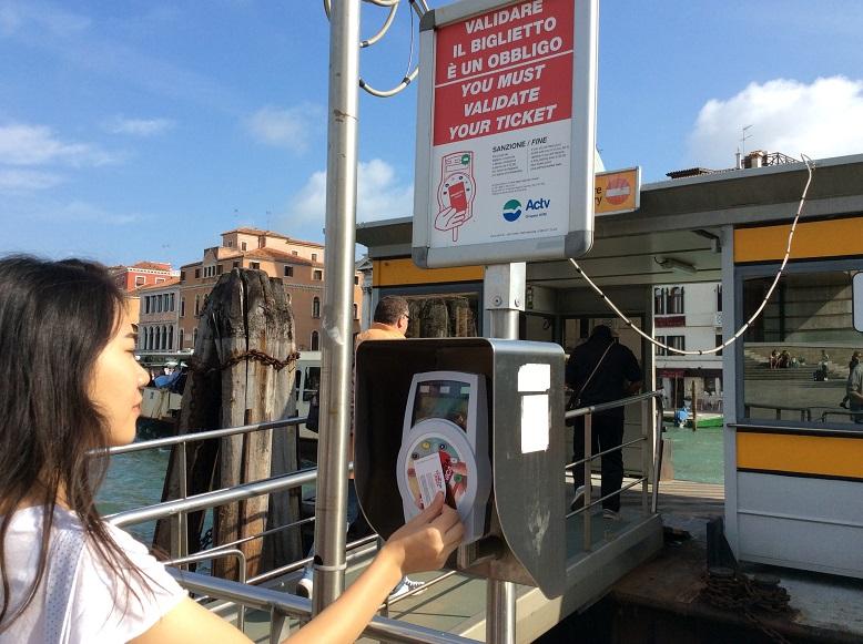 威尼斯的票劵大部分都是感應式的,每次登船都要感應 (船上會查票喔 ~),一日劵是從第一次感應後 24 小時內有效
