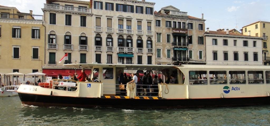 公船一般很壅擠,從起終點站搭比較有機會有位子
