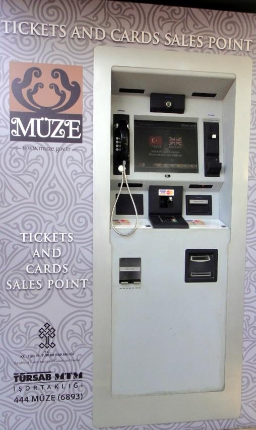 有自動售票機,現金或信用卡都可以用,很方便