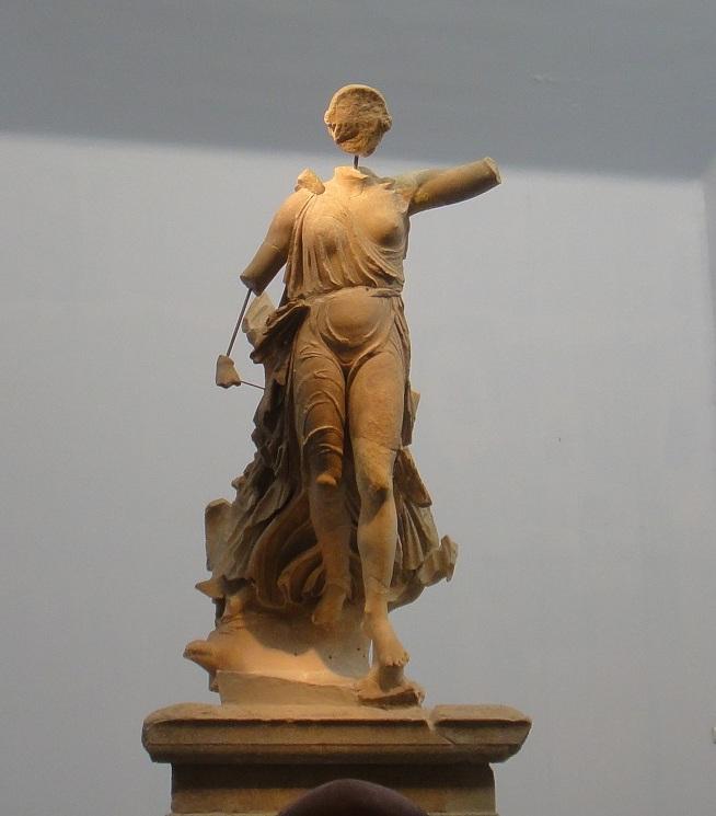 Nike 勝利女神像,以前是在宙斯神殿旁的,有大概 5 公尺的翅膀,手揮長鞭和拿著棕梠葉,可以想像非常有氣勢
