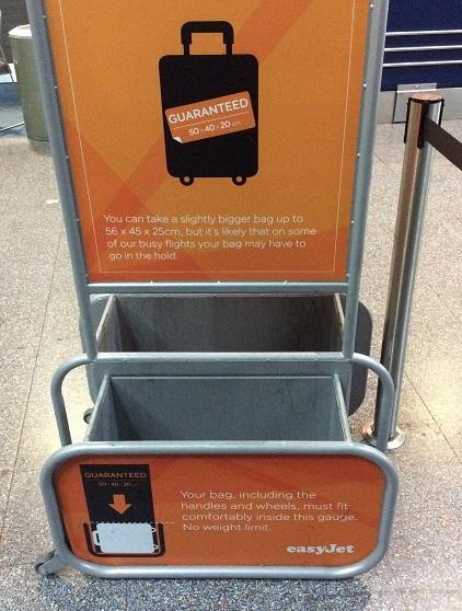 很多廉價航空規定的免費手提行李大小,比正常尺寸的登機箱還小