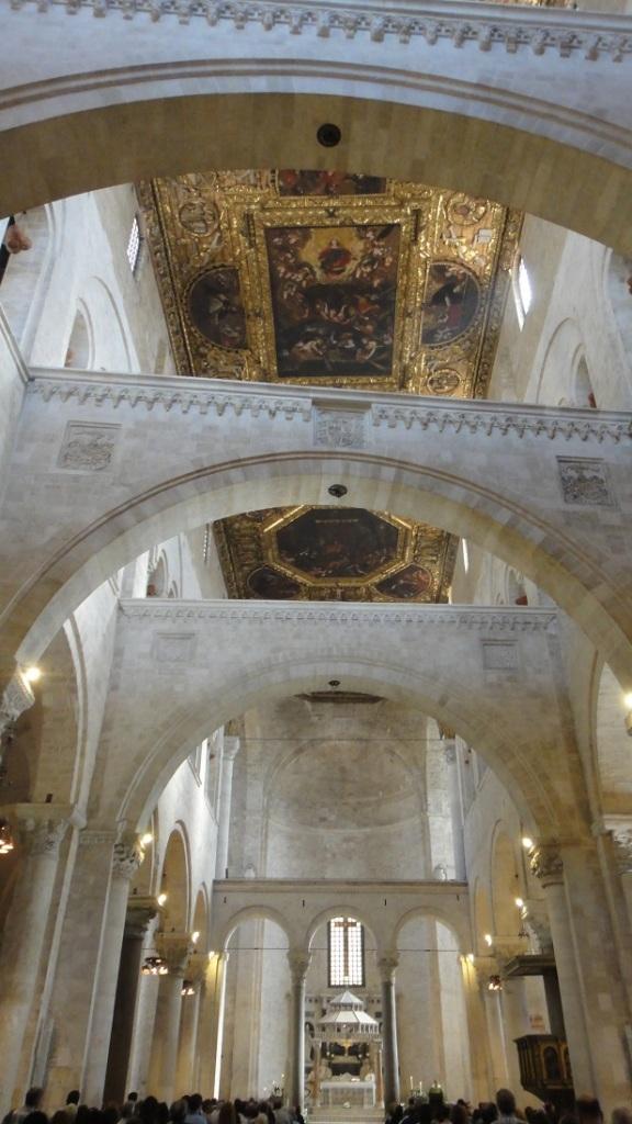 教堂內部有非常精緻的壁畫,內部也是純白色的