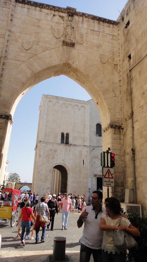 慢慢散步,最後穿過一個拱門,就看到聖尼古拉教堂了