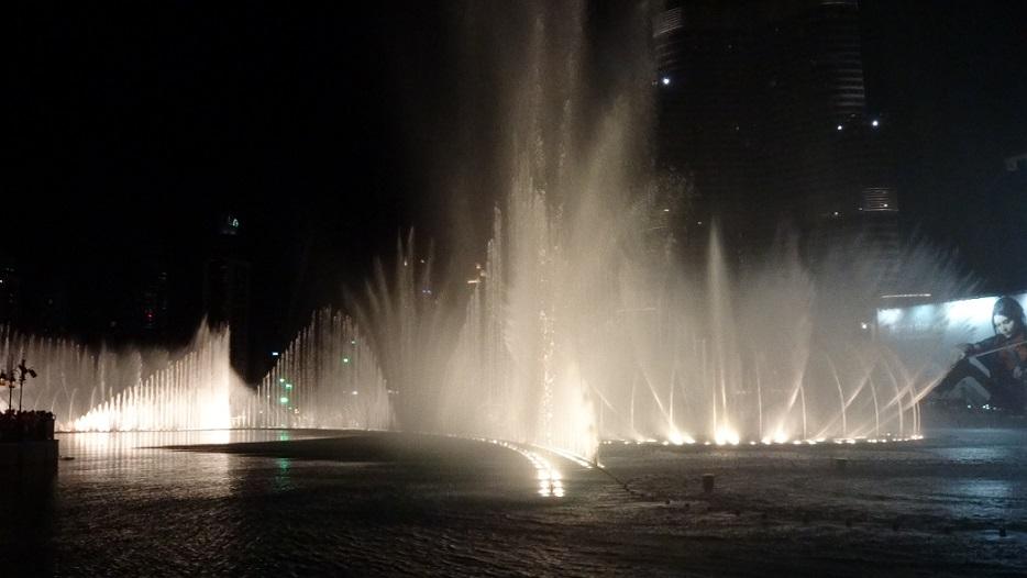Dubai mall 外水池廣場,每天晚上都有數場聲光水舞秀,非常浪漫喔~ (感覺蠻適合求婚的)
