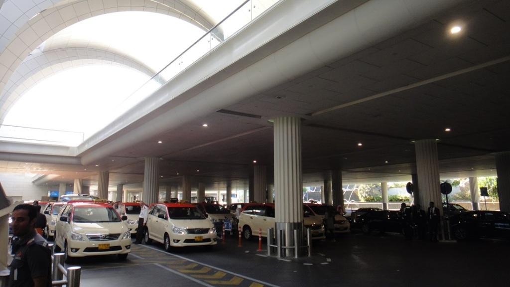 杜拜的計程車有分紅頂的和黑色的高級車,另外也有專門給女性坐的計程車 (司機是女生)