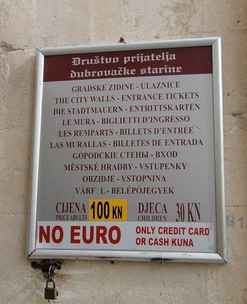 票價大人 100 庫納,小朋友 30 庫納 (由牌上的膠帶顯示票價可能常常變動),注意: 不收歐元