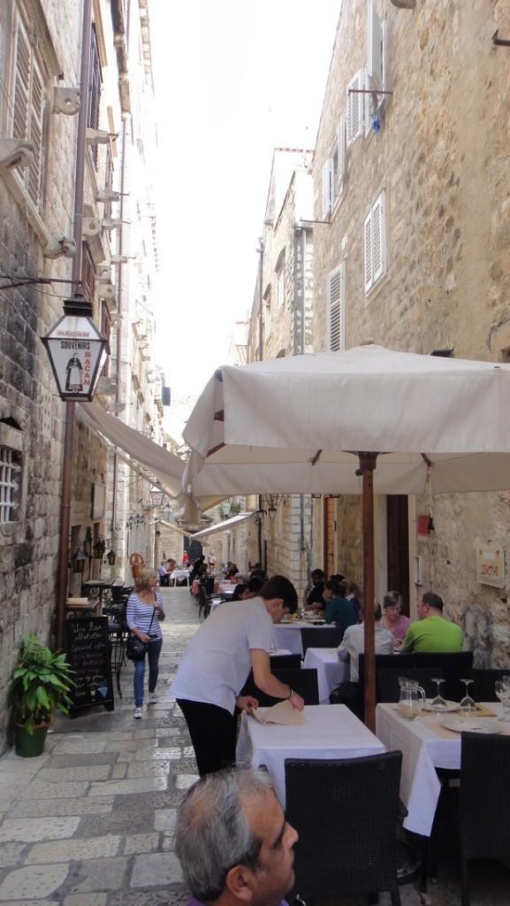 有機會不妨坐下來喝杯咖啡,用個餐,享受浪漫氛圍~