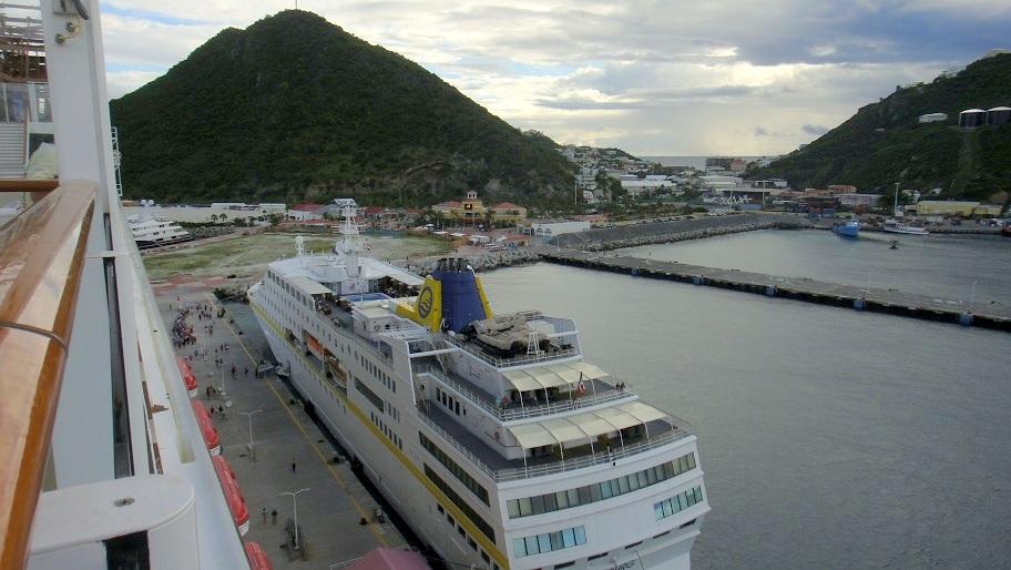 從船上看碼頭,旁邊還停了一艘小船