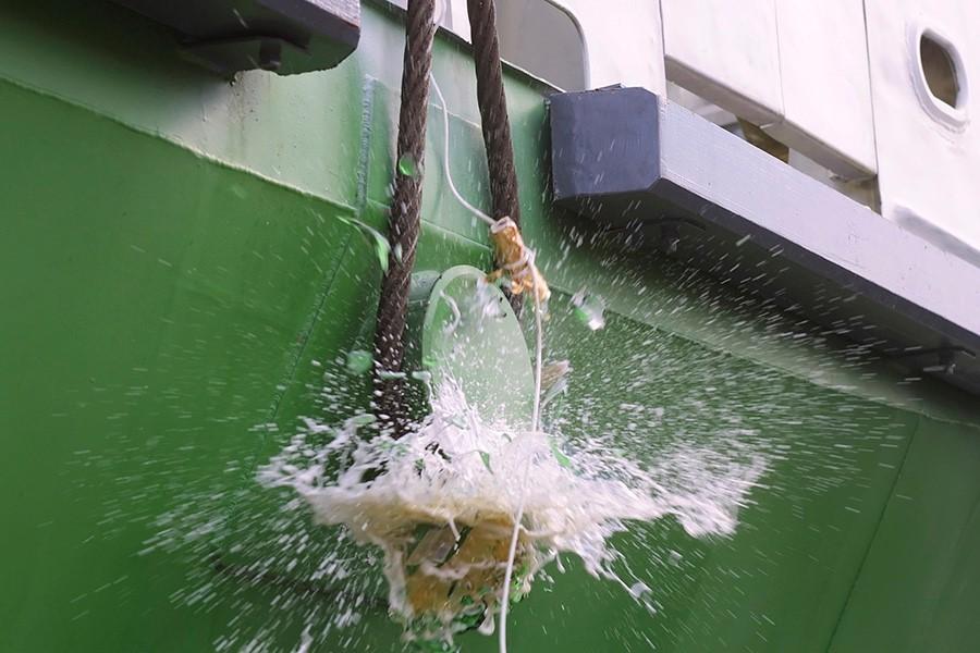 命名儀式中會敲破一瓶香檳 (如果沒敲破,表示這艘船運氣會不好喔~ 所以現在船公司都會在瓶子底部作手腳,讓它可以保證敲瓶成功)