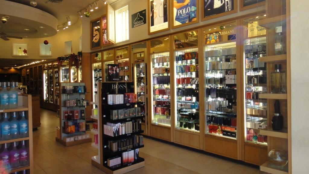 除了紀念品店之外,shopping mall 裡面的商店大部分都是賣菸酒和珠寶
