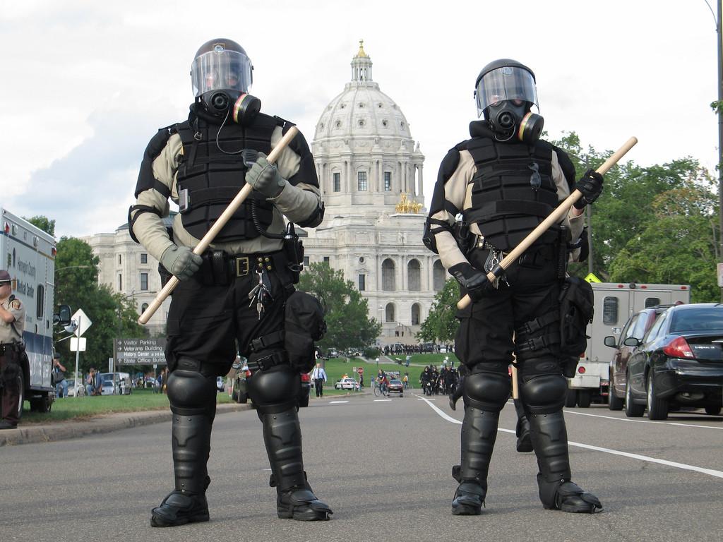 天有不測風雲,連倫敦也在 2011 年發生了百年來罕見的暴動,圖為鎮守在倫敦聖保羅教堂外的警察 (cc Flickr Nigel Parry)