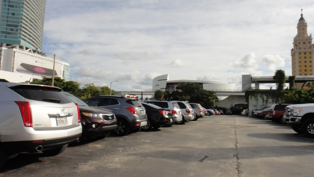 管理感覺滿鬆散的,不過優點是平面停車場 (不是停車塔)