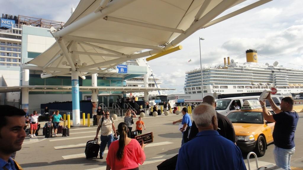 郵輪就停在 Terminal 旁邊,即使不知道自己的船停在哪一個 Terminal,到現場也不會搞錯 (只是錯了就要走很遠就是了)