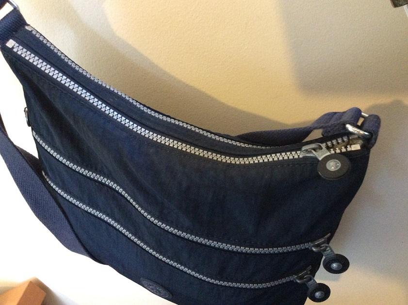 隨身小包包也盡量選有拉鍊或是可以上鎖的