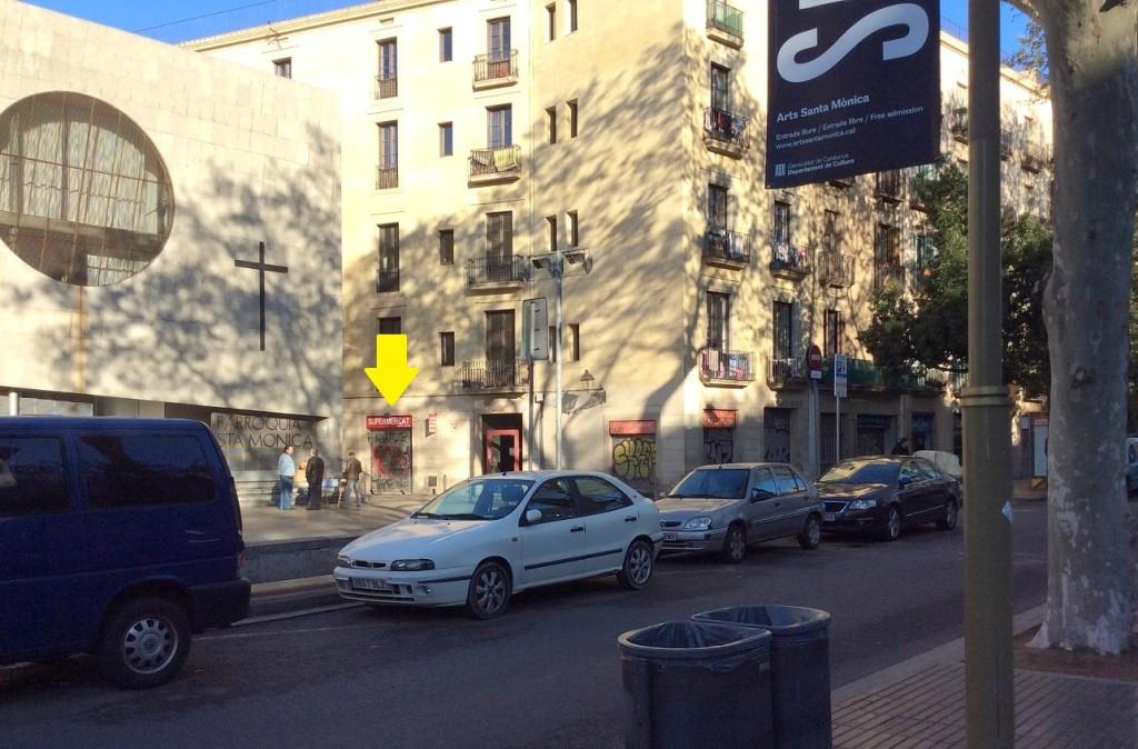 出了 Drassanes 站之後,站在流浪者大道上,背對哥倫布紀念柱,左手方巷子裡有一間雜貨店有賣 Lebara SIM卡