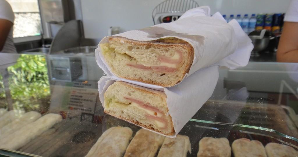 當地的特色小吃,Bolo Co Caco,是鹹的喔~ 麵皮裡包著火腿和乳酪
