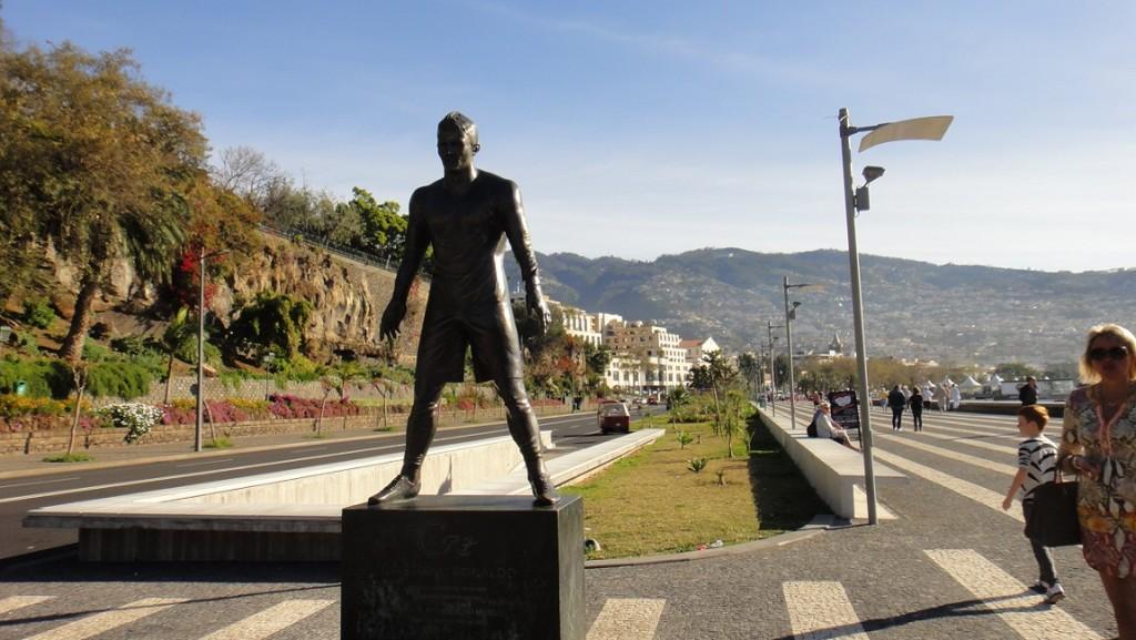 途中還經過足球明星羅納多的銅像 (沒時間或想省錢跳過 CR7 博物館的人,就在這邊照個相做紀念吧~)