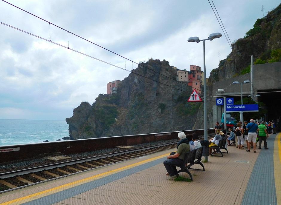 Monarola 火車站,五漁村大部分的火車站旁邊就是壯觀的海景