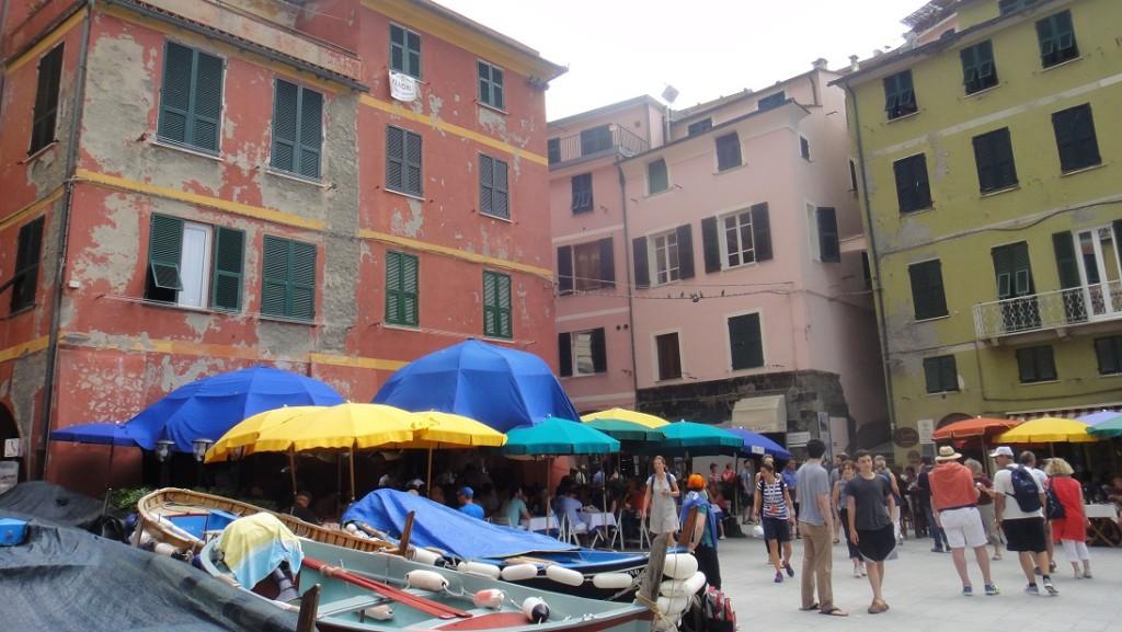 Vernazza 村裡最熱鬧的區域就是教堂旁邊的這個小廣場