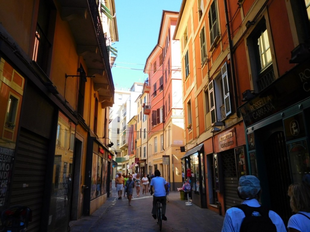 La Spezia 的行人徒步區相當好逛,兩側都是商店 (這張剛好是照到街道比較窄的地方)
