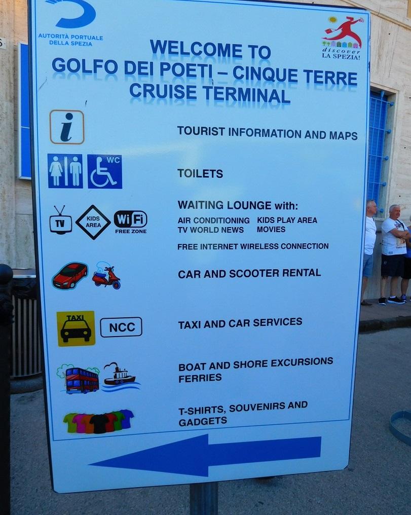 航廈裡面有洗手間,有免費wifi 也可以購買 local tour
