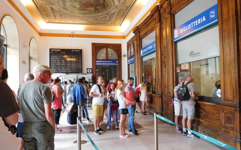 正常的買票處是在火車站大廳