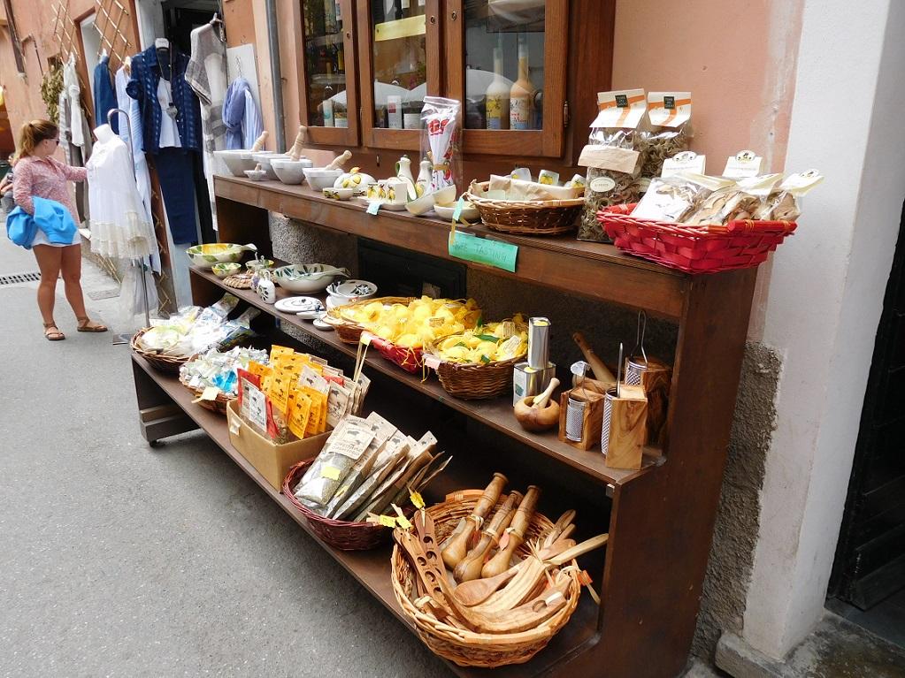 路邊的小商店,販賣很多當地自產的商品,讓人很難不駐足欣賞