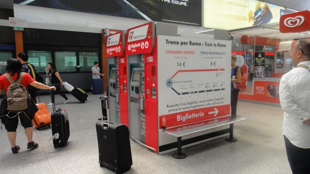 火車站裡面有很多自動售票機,也有人工售票,剛剛在路上沒買車票的人,可以最後在車站這裡買