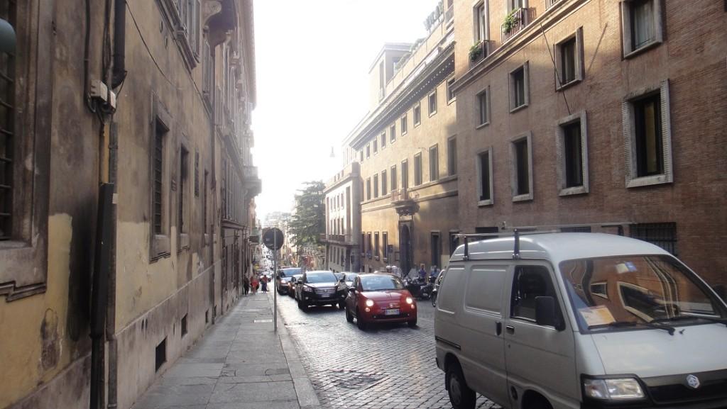 街景一角 (羅馬建築的基本色調就是這種淡黃色)