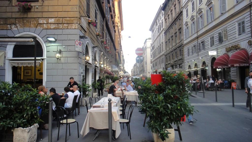 羅馬街景 (雖然不一定會來吃,但是每次看到露天餐廳都讓人覺得好浪漫)