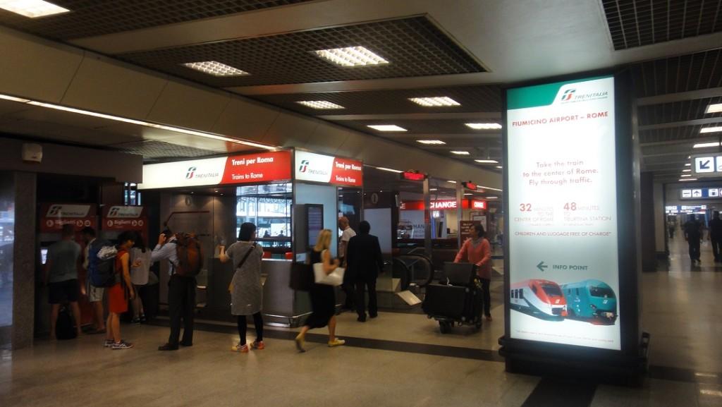 往搭火車的指標一直走,一路上有不少售票機,因為機器很多,所以建議不用去人擠人,往下一台售票機前進就是