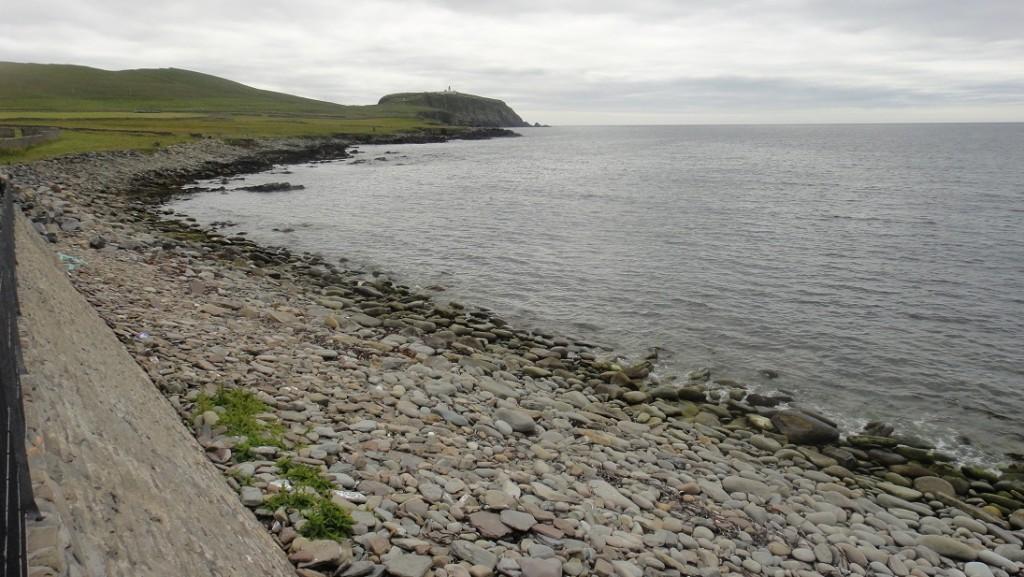 考古區緊鄰大海,遺跡裡還可以看到以前的人吃剩的貝殼堆積處