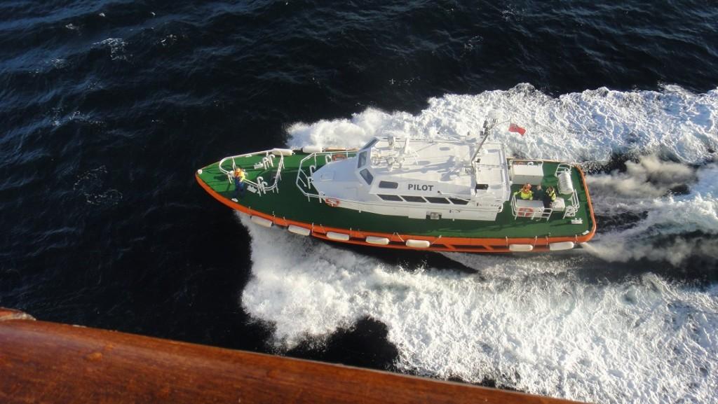 每當進入一個新的港口的時候,遊輪都會有 pilot ship 幫忙引導喔~