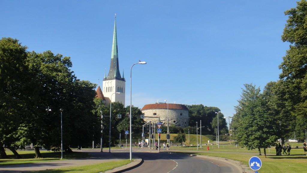 遠遠看到胖瑪格莉特教堂,就表示舊城區到囉~