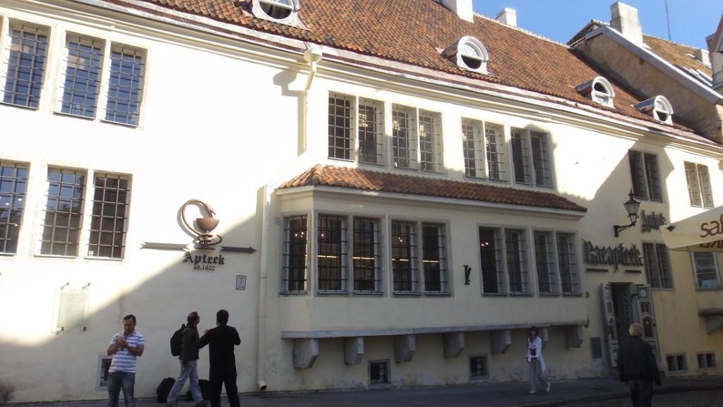 位在廣場旁的六百年歷史藥房