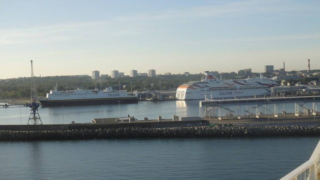 塔林是波羅的海很重要港口,在停遊輪的旁邊可以看到很多當地的運輸船